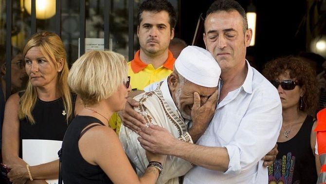 L'abraçada entre els pares del nen mort a la Rambla i l'imam de Rubí
