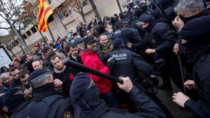 Els Mossos carregant contra els concentrats (Reuters)