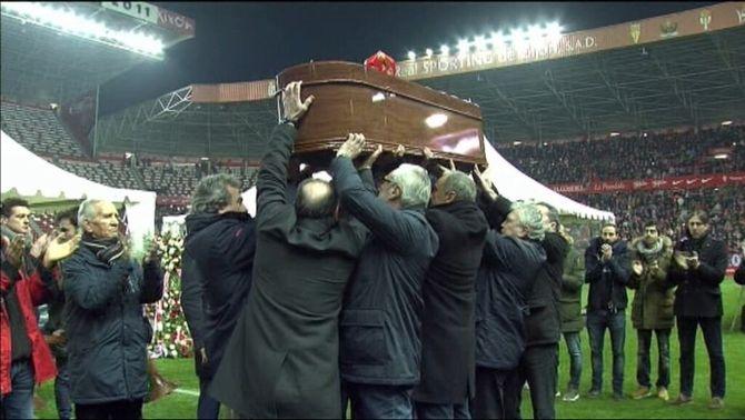 Centenars d'aficionats i exjugadors acomiaden Quini en un multitudinari funeral a El Molinón