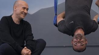 Imatge de:Una classe de ioga cap per avall amb Gaspar Hernàndez i Rafael Santandreu