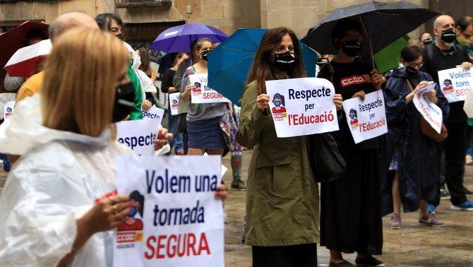 """Professionals de l'educació convocats per CCOO es concentren per reclamar al Govern una tornada """"segura"""" a les aules"""