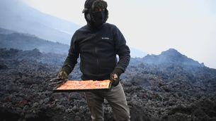 Fer una pizza amb la calor d'un riu de lava del volcà Pacaya, a Guatemala