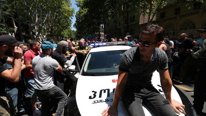 Grups homòfobs ataquen un cotxe de policia aquest dilluns a la capital georgiana