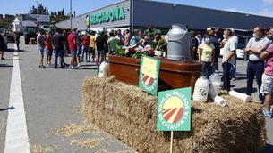 """Un centenar de ramaders protesten amb tractors a les portes del Mercadona de Vic per exigir un """"preu just"""" per la llet"""