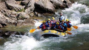 6 tripulants i un monitor baixen pel riu Noguera Pallaresa en una barca de ràfting