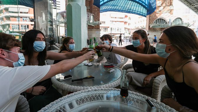 Clients a la terrassa d'un bar a València