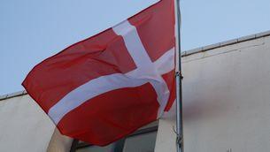 La bandera danesa que s'ha col·locat a la façana del museu municipal de Sant Pol de Mar (ACN)