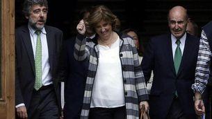 Irene Rigau, després de declarar, al costat del seu advocat, Miquel Roca  (EFE)