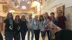 Mònica Terribas i els professors de l'escola Jacint Verdaguer de la Model