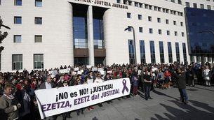 Protesta a l'exterior del Palau de Justícia de Navarra durant el judici per la suposada violació en grup durant els Sanfermines del 2016 (EFE)