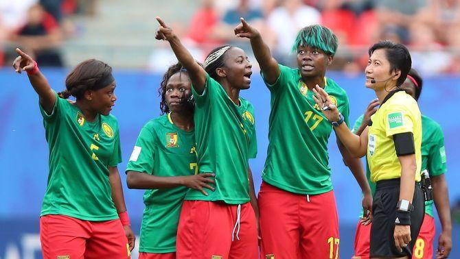 Les jugadores del Camerun aturen el partit contra Anglaterra amb les seves protestes contra el VAR