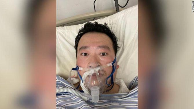 Un metge censurat per haver alertat del coronavirus es contagia de la malaltia
