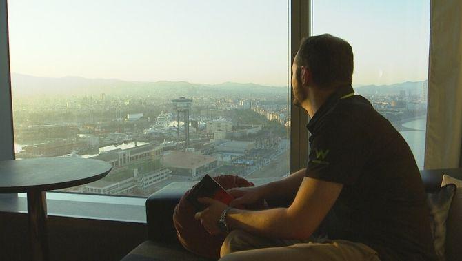 """Confinat dos mesos a l'Hotel Vela: """"Cada cinc dies obro les 1.400 aixetes de l'edifici"""""""