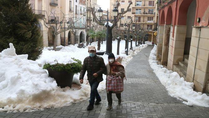 Pla general de la plaça de la Quartera de Falset, encara amb molta neu per treure. Foto del 14 de gener del 2021 (horitzontal).