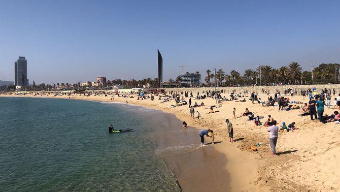 Obre la temporada de platja a Barcelona, amb menys sorra per a banyistes i esportistes