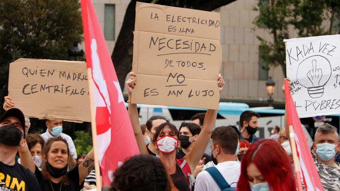 'L'electricitat és una necessitat de tots, no un luxe', un dels cartells de protesta