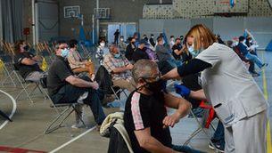 Persones vacunant-se al Palau Firal de la Bisbal d'Empordà (ACN/Anna Pascual)