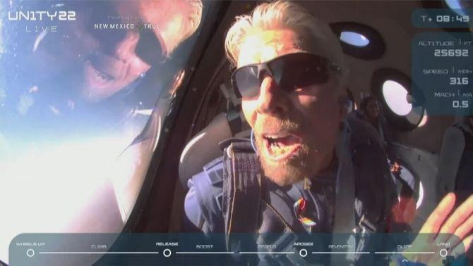 Richard Branson celebra la fita en el camí de tornada a la Terra