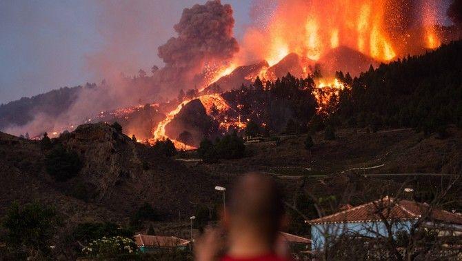Erupció a La Palma: vuit boques de lava, 5.000 evacuats i cases cremades