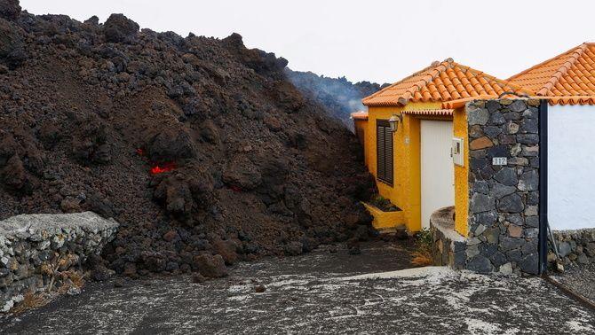 La lava del volcà Cumbre Vieja s'acumula a les portes d'una casa de Los Llanos de Aridane