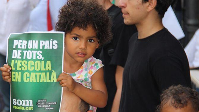 Una nena, en una concentració a Girona a favor de la immersió. (Foto: ACN)
