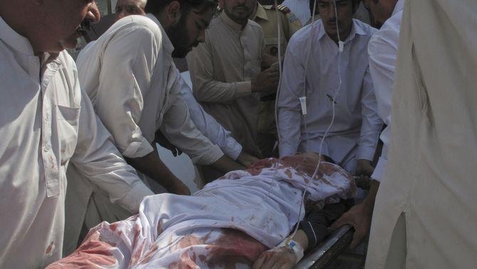 Malala Yousafzai, traslladada cap a l'hospital després del tiroteig. (Foto: Reuters)