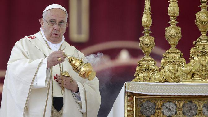 El papa Francesc oficiant la cerimònia de canonització de Joan XXIII i Joan Pau II. (Foto: Reuters)