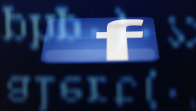 Un logotip de Facebook projectat sobre una pantalla (Reuters)