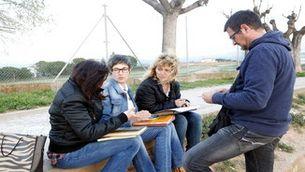 Els familiars i amics de Montse Careta revisen àlbums de fotos i cartes de la difunta al Parc de l'Agulla de Manresa. Març de 2017. (Horitzontal)