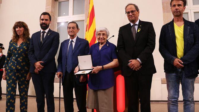 El president de la Generalitat, Quim Torra, i el president del Parlament, Roger Torrent, amb membres de l'Associació de Mestres Rosa Sensat (AC…