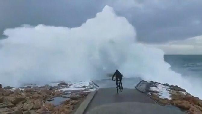 Una onada engoleix un ciclista imprudent a Galícia