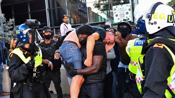 Patrick Hutchinson carregat un home blanc ferit en les protestes contraposades al centre de Londres