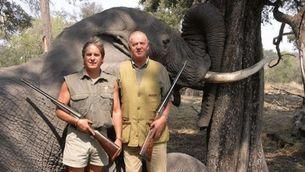 Joan Carles I amb una escopeta davant d'un elefant mort a Botswana