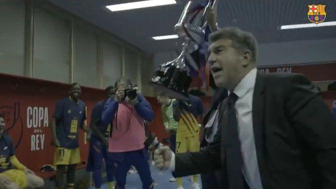 Joan Laporta celebra la Copa amb els jugadors al vestuari de La Cartuja