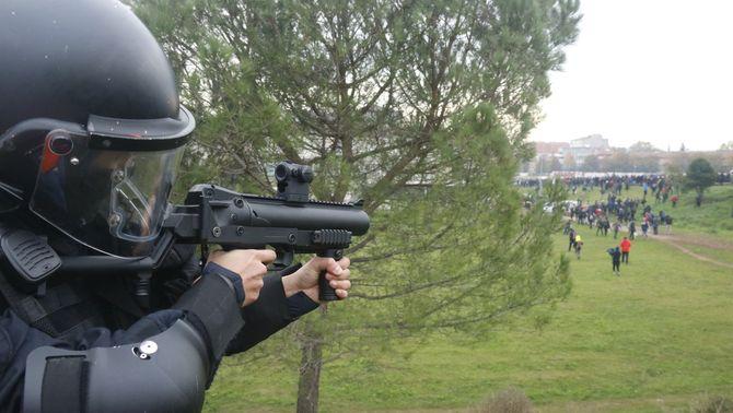 Els Mossos poden disparar foam als braços en certs casos, segons el protocol d'Interior