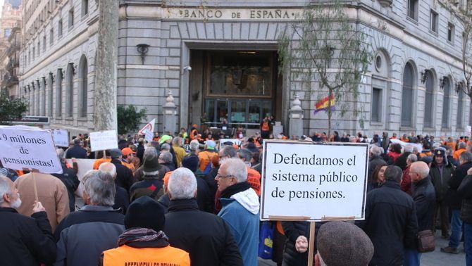 Pensionistes contra bancs per la digitalització dels serveis i les altes comissions