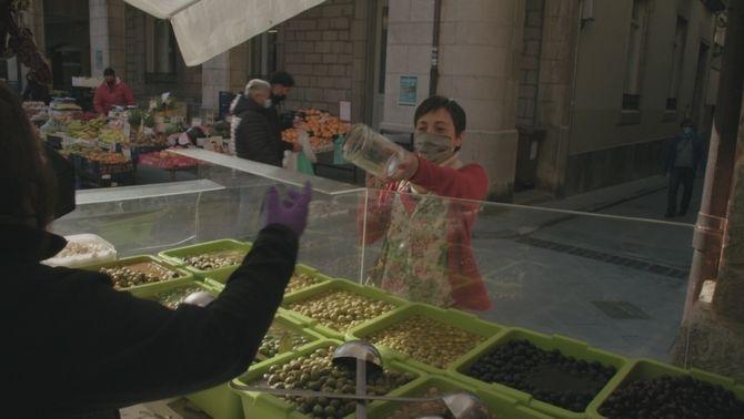 Una dona compra productes a granel