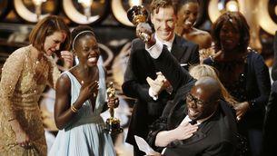 """El director Steve McQueen celebra l'Oscar a la millor pel·lícula per """"12 anys d'esclavitud"""". (Foto: Reuters)"""