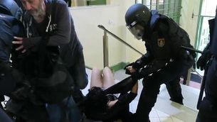 La policia agredeix una noia a l'Institut Pau Claris de Barcelona