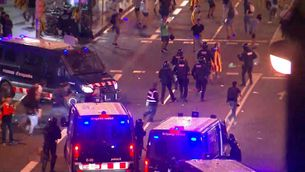 Els Mossos carreguen a Via Laietana per dissoldre la concentració davant la Policia