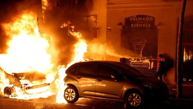 Cremen cotxes i contenidors en la tercera nit d'aldarulls a Barcelona