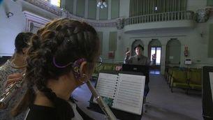 Una orquestra de joves músics sords