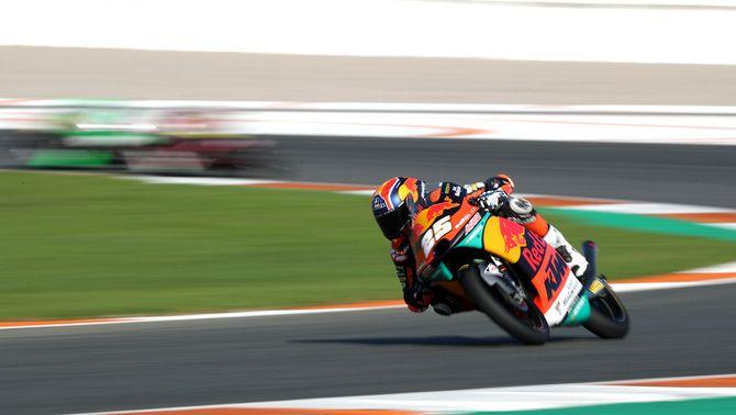 Albert Arenas s'equivoca i Ai Ogura ho aprofita en l'últim Gran Premi de Moto3 de la temporada