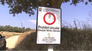 Un senyal que prohibeix l'accés a un dels camins que porten a les Gavarres, aquest matí
