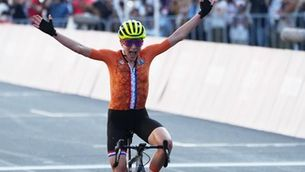 Van Vleuten, celebrant la victòria pensant que havia guanyat (EFE)