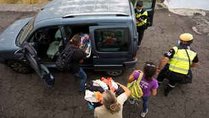 Veïns de Todoque carreguen un vehicle amb objectes personals durant l'evacuació del poble (EFE/Ramón de la Rocha) Font