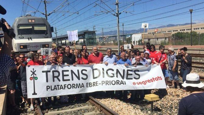 Manifestació a les Terres de l'Ebre per demanar millores que evitin els retards en el servei de trens