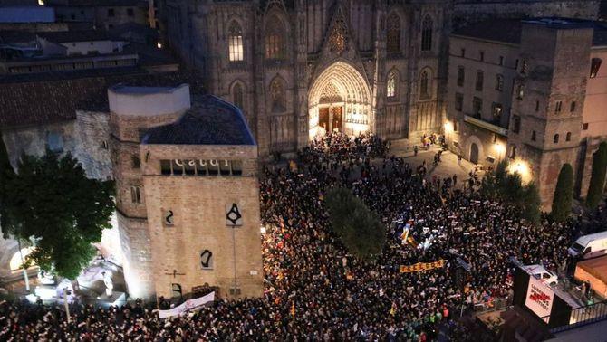 Concentració a la plaça de la Catedral de Barcelona per exigir l'alliberament dels consellers i líders de les entitats empresonats