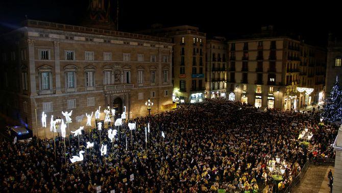La plaça de Sant Jaume, plena per exigir la llibertat per a tots els empresonats (Reuters)