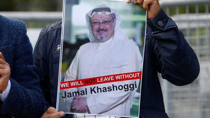 Protesta pel suposat assassinat del periodista saudita davant del consolat de l'Aràbia a Istanbul (Reuters)